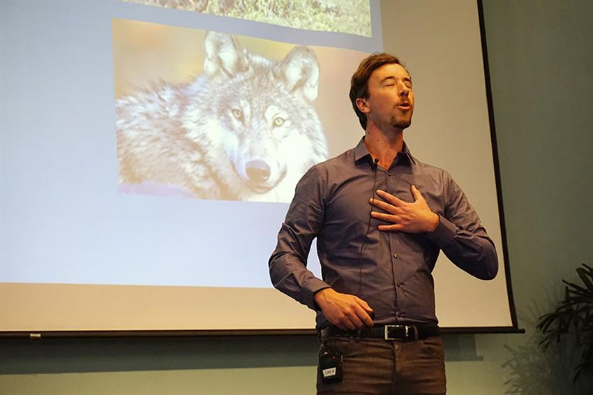Geoff Willard begins his talk with a howl. Credit: Patricia Marroquin